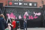 Jaakko Jäppinen maalaa graffitia Alvarin aukiolla, Kuva: Johanna Kuikka